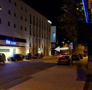 Street Night-View Zufahrt zur Wilhelm-Bleyle-Strasse und somit zum Parkhaus direkt am ArsVivendiDanceClub. Zufahrt von der Pflugfelder Strasse, zwischen IBIS Hotel und Harbr boardinghouse (direkt hinterm Hauptbahnhof Ludwigsburg).